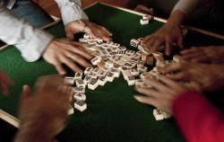 Le jeu de Mahjong et sa table fait main