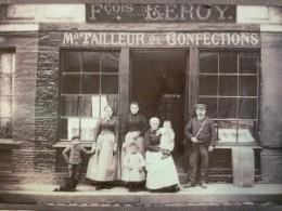 Arrière-grand-père de Clara Maeda devant sa boutique de tailleur.